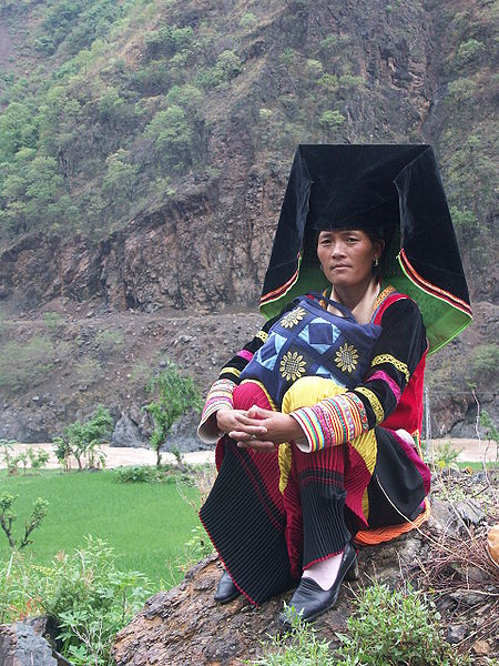 A woman from the Yi people of China, Vietnam and Thailand. Image: Zoharby.