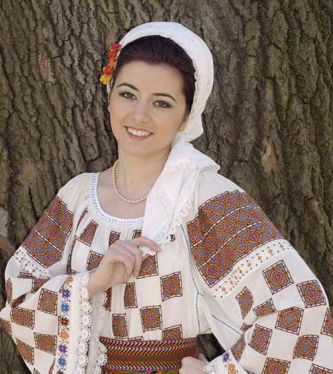 Romanian dress. Image: Izabelat.